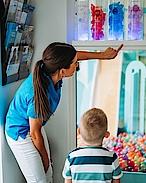 Bunt und mit Wohlfühldüften: damit sich Kinder bei einer Sedierung mitLachgas noch wohler fühlen.